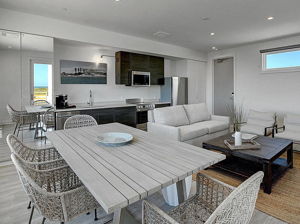 Lively Beach 1 bed, 2 bath with deck