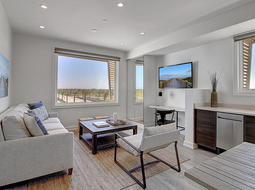 Lively Beach 2 bed, 3 bath with deck